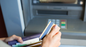 Можно ли снять деньги с кредитной карты